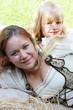 Frau und Kind in Trachtkleidung