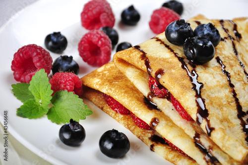 Zdjęcia na płótnie, fototapety na wymiar, obrazy na ścianę : Pancakes sereved with raspberries