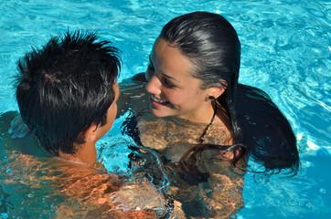 Jeune couple qui se détend dans la piscine