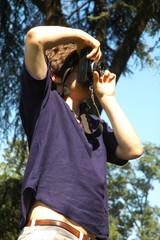 Ragazzo che fotografa in un parco, Milano, Italia