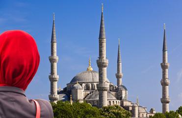 blaue Mosche mit Frau im roten Schleier