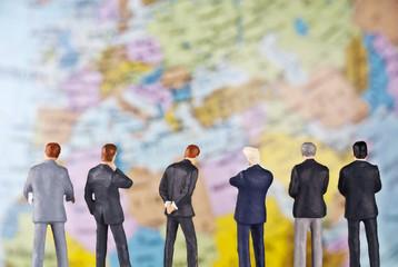 Geschäftsmänner vor dem Detail eines Globus