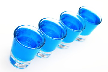 Napój alkoholowy w  kieliszkach.
