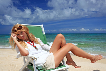 コマカ島の海辺で遊ぶ笑顔の女性