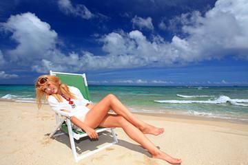 真夏のビーチで遊ぶ笑顔の女性