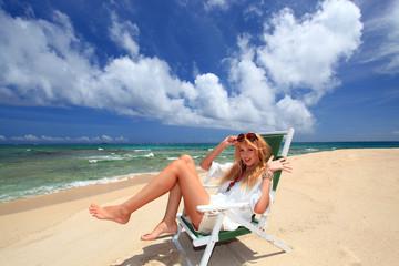 日光浴を楽しむ笑顔の女性
