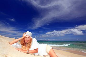 ビーチでリラックスする笑顔の女性