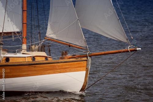 Detail eines Segelbootes auf der Ostsee bei Kiel