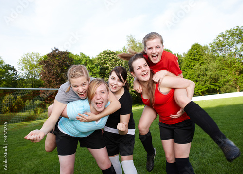 Fußballerinnen jubeln über Sieg