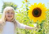 Sommer, Sonne, Kind und Sonnenblume poster