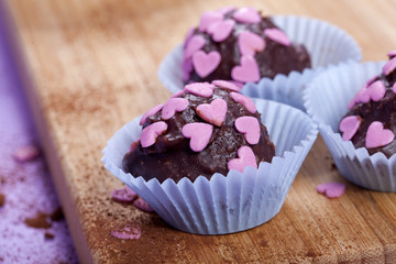 Schokoladen Pralinen mit rosa Herzen