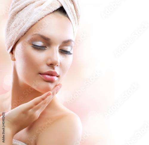 Dziewczyna Spa. Piękna młoda kobieta po kąpieli dotyka jej twarzy