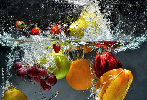 Staande foto Opspattend water Fruit and vegetables splash into water