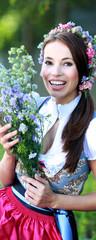 blaues Dirndl und blaue Blüten