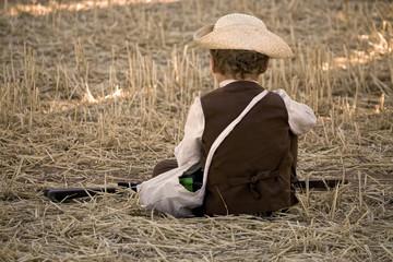 Pastorcito jugando en la era de cereal recolectado