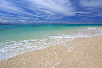 水納島の美しいビーチと白い波
