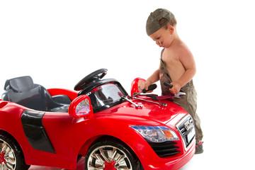 jeune mécanicien qui répare sa voiture rouge