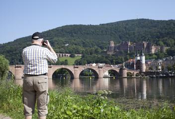 Tourist am Neckar in Heidelberg