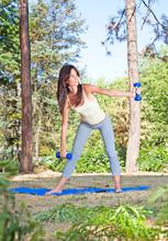 Jeune femme belle de faire des exercices dans le parc