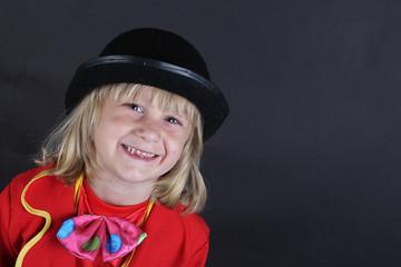 Niño rubio fondo negro