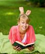 Mädchen ließt ein Buch