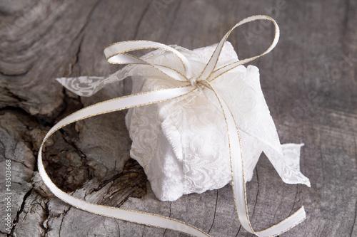 Ein Weihnachtsgeschenk mit weißer Spitze