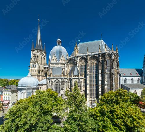 Leinwanddruck Bild Aachener Dom im Sommer
