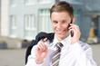 junger geschäftsmann telefoniert mit seinem smartphone