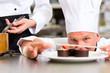 Koch als Patissier kocht im Restaurant Dessert