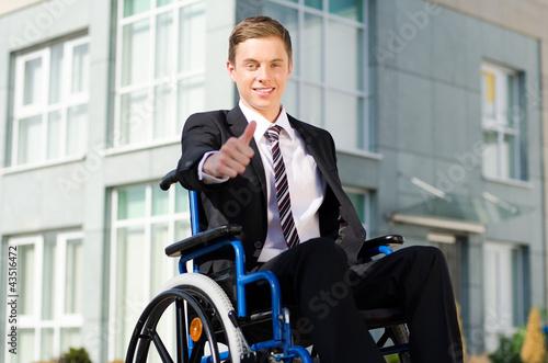 erfolgreicher geschäftsmann mit gehbehinderung