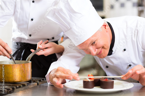 Koch als Patissier kocht im Restaurant Dessert - 43516474