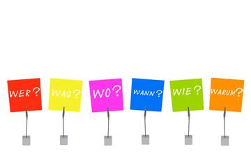 Notizhalter und bunte Merkzettel: Die W-Fragen