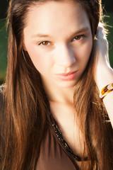 Junge natürliche Frau geniesst die Sonne