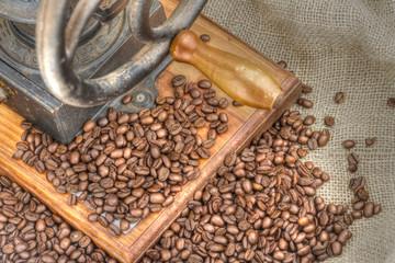 Vieux moulin à café et grains de café torréfiés