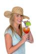 Frau mit Sonnenhut trinkt Cocktail