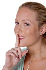 Frau mit Finger am Mund