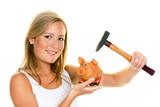 junge Frau schlachtet ihr Sparschwein