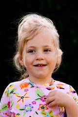 Kind freundliches Portrait im Garten