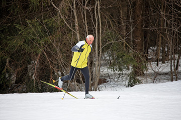 Senior beim Ski Langlauf im Winter