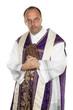 katholischer Priester mit Bibel im Gottesdienst
