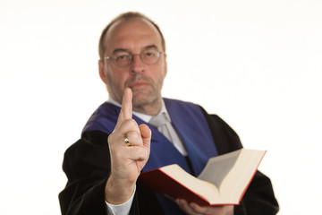 Richter mit Gesetzbuch bei Gericht