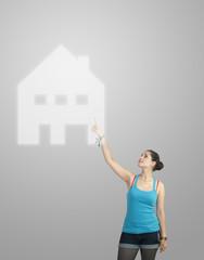 Adolescente montrant une maison