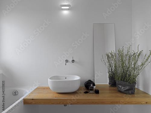 dettaglio del lavabo bianco da appoggio in bagno