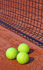 Drei Tennisbälle am Netz