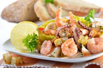 Leckerer Meeresfrüchtesalat mit Garnelen und Croutons