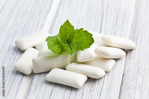 mint leaves and chewing gum