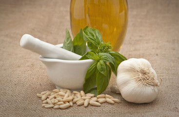 Mortaio con ingredienti per Pesto