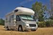 Camper in sosta in campagna - 43582284