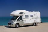 Camper in sosta sulla spiaggia