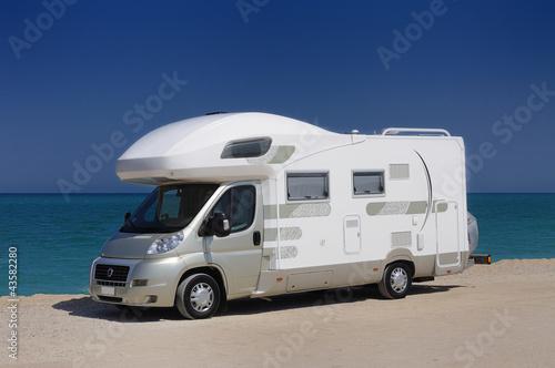 Camper in sosta sulla spiaggia - 43582280